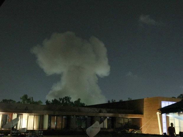 Fumaça sobre a capital da Líbia, Trípoli, na noite desta terça-feira (24) (Foto: AFP)