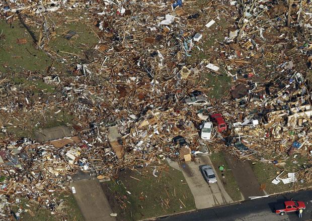 Vista aérea nesta terça-feira (24) da destruição causada pelo tornado em Joplin, no Missouri (Foto: AP)