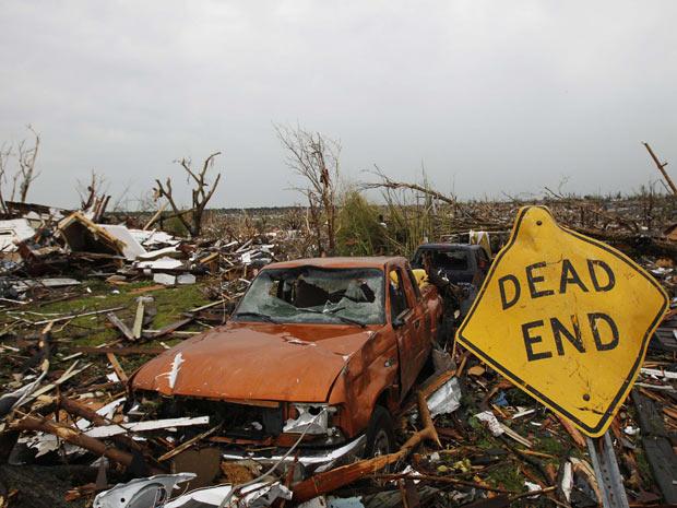 Carro destruído pela passagem do tornado no domingo em Joplin, no estado americano do Missouri (Foto: Eric Thayer / Reuters)