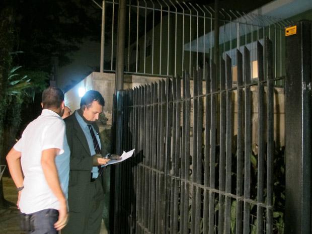 Delegado chega à casa de Pimenta Neves (Foto: Carolina Iskandarian/G1)