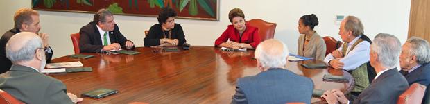 Dilma em reunião com ex-ministros do Meio Ambiente no Palácio do Planalto (Foto: Presidência)