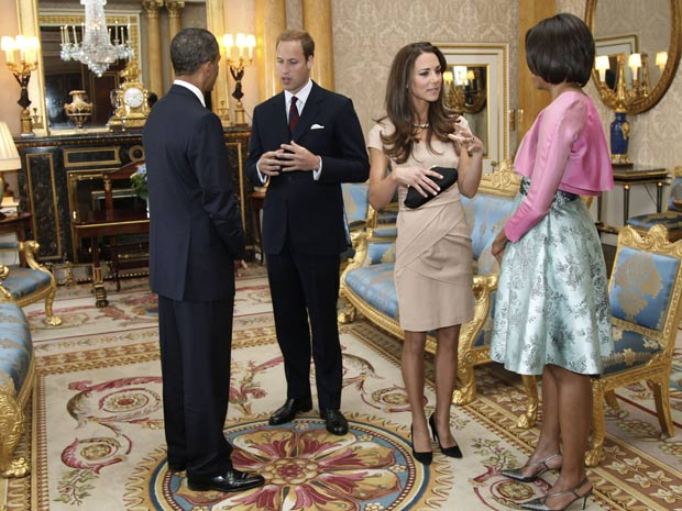 Obama conversa com o príncipe William enquanto Michelle conversa com a duquesa de Cambridge, Kate Middleton, durante visita à Inglaterra (Foto: Toby Melville / AP)