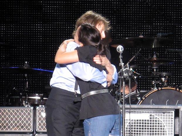 Paul McCartney recebe o abraço de uma fã durante apresentação realizada na noite de segunda-feira (23), no Estádio do Engenhão, no Rio (Foto: Henrique Porto/G1)