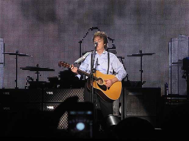 O ex-beatle ao violão durante a canção 'Blackbird': show durou cerca de 2 horas e 35 minutos (Foto: Henrique Porto/G1)