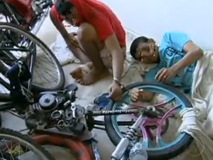 Presos são algemados a bicicleta em delegacia de Natal (Foto: Reprodução/TV Globo)