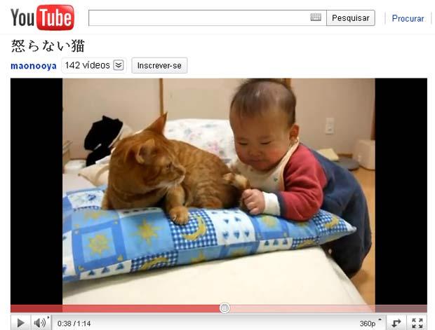 Vídeo que mostra bebê brincando com cauda de gato faz sucesso na web. (Foto: Reprodução)