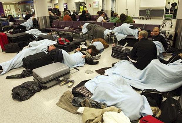 Passageiros aguardam voo em aeroporto na Escócia (Foto: AP)