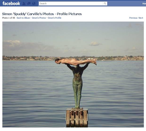 Simon Carville posou nu em cima de uma estátua no rio Swan em Perth. (Foto: Reprodução)