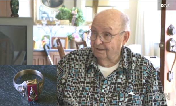 Jesse T. Mattos e seu anel encontrado 72 anos depois. (Foto: Reprodução/CNN)