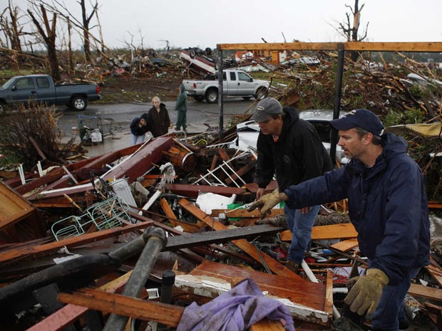 Voluntários procuram por sobreviventes em meio a escombros deixados pela passagem do tornado em Joplin (Foto: Eric Thayer / Reuters)