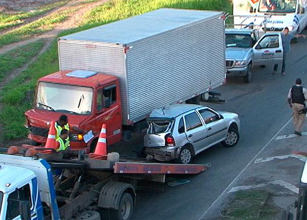 Acidente entre carro e caminhão deixa motorista ferido na BR-324 (Foto: Reprodução/TV Bahia)