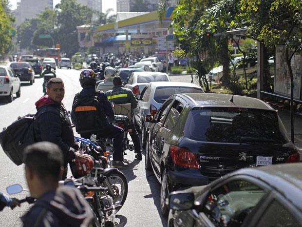 Motoristas fazem fila para abastecer veículos com combustível mais barato, em São Paulo (Foto: Nelson Antoine/Foto Arena/AE)