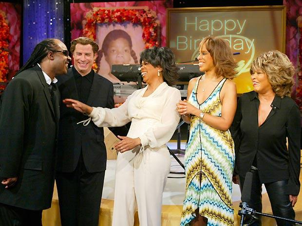Da esq. para a dir.: Stevie Wonder, John Travolta, Gayle King e Tina Turner celebram o aniversário de 50 anos de Oprah (ao centro) durante edição especial do programa exibido em janeiro de 2004 (Foto: Reuters)