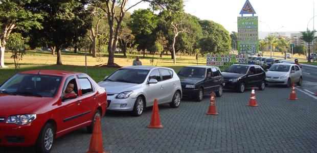Veículos fazem fila para abastecer por R$1,63 em posto da Asa Norte (Foto: DIANA LEIKO/ Divulgação)