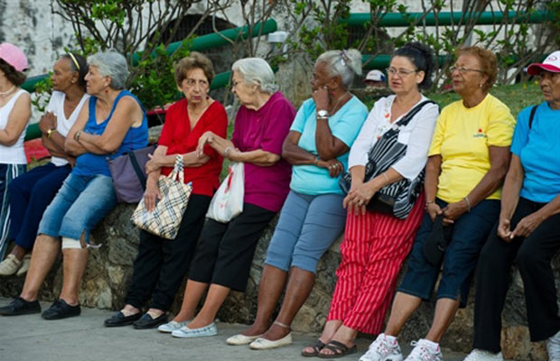 Idosos preparam-se para caminhada, parte das atividades. Cuba tem 1.551 pessoas com mais de cem anos. A pessoa mais velha da ilha, de 126 anos, é Juana Bautista de la Candelaria, que vive em Campechuela, na província de Granma. (Foto: AP)