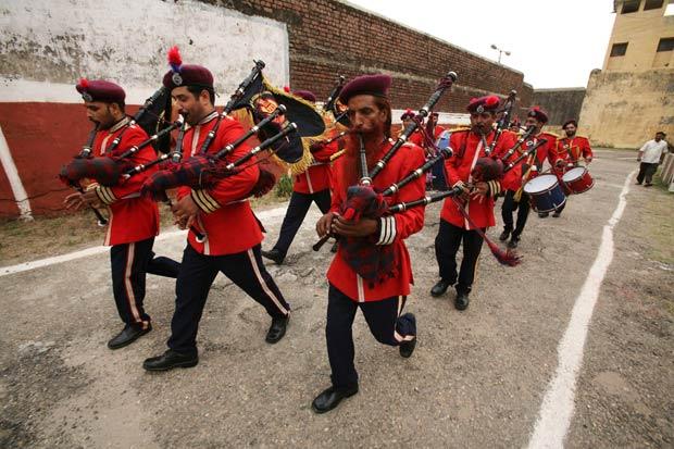 Banda com detentos foi criada por cadeia em Jammu, na Índia. (Foto: Mukesh Gupta/Reuters)