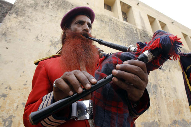 Detento Sana Ullah, de 62 anos, que participa da banda. (Foto: Mukesh Gupta/Reuters)