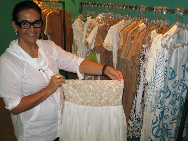 Maysa apresenta um vestido de algodão orgânico, que também tem detalhes de renda típica da Paraíba (Foto: Bernardo Tabak/G1)