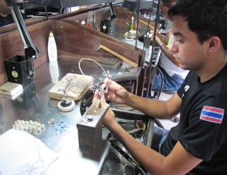 Marcos Vinícuis trabalha em ateliê de joia em Pedro II e diz não trocar o emprego por nada (Foto: Anay Cury/G1)