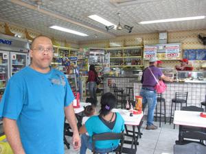 Dono de padaria vai colocar filhos no inglês para ajudar no atendimento aos clientes estrangeiros na época da copa (Foto: Letícia Macedo/ G1)