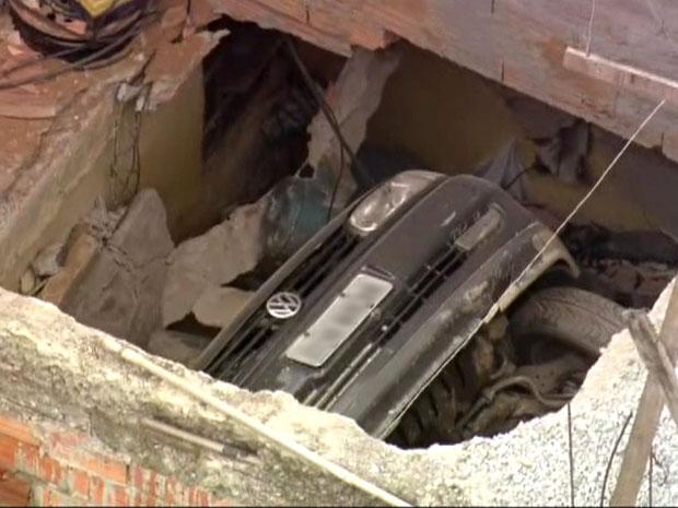 O desabamento de uma laje deixou pelo menos um ferido na manhã desta quinta-feira (26) no Rua Nova Bahia, no Parque São Rafael, na Zona Leste de São Paulo, de acordo com o Corpo de Bombeiros. A vítima ficou com o braço preso. Um carro foi parar dentro do  (Foto: Reprodução/TV Globo)