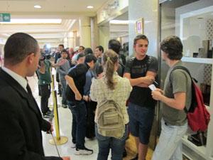 Mais de cem pessoas aguardavam na fila o início das vendas na em shopping da capital paulista  (Foto: Carlos Giffoni/G1)