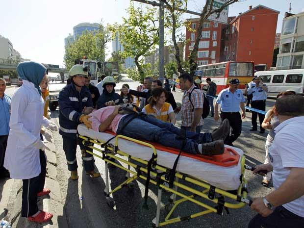 Um homem é levado para uma ambulância após explosão em um ponto de ônibus em Istambul, na Turquia, ferir sete pessoas. (Foto: Murad Sezer / Reuters)