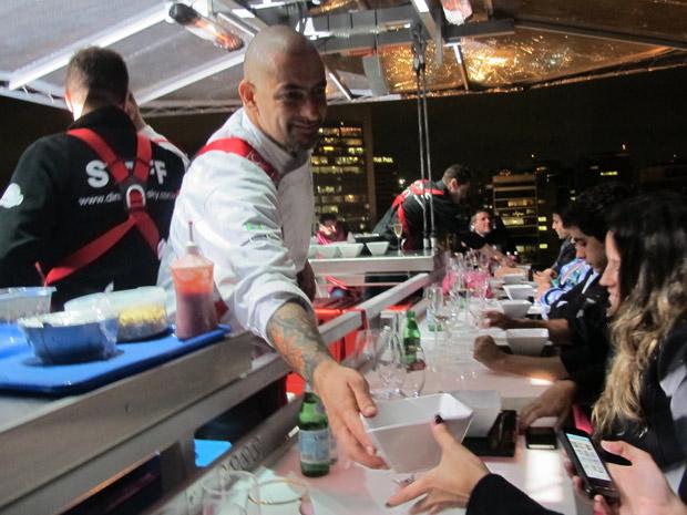 Para divulgar o lançamento de um empreendimento de luxo na Avenida Brigadeiro Faria Lima, em São Paulo, as incorporadoras Stan, SDI e Bramex promoveram um jantar nas alturas para convidados na noite desta quinta-feira (26). (Foto: Carolina Iskandarian/ G1)