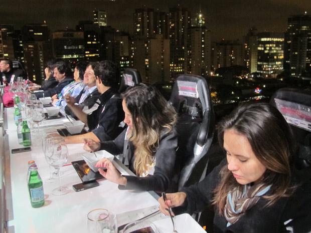 """O empreendimento """"F.L , Faria Lima 4.300"""" prevê a construção de três prédios: um comercial, um corporativo e um residencial. Na foto, o chef Henrique Fogaça serve uma das convidadas. (Foto: Carolina Iskandarian/ G1)"""