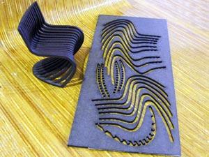 Uma maquete mostra como a chapa de madeira é bem aproveitada para montar uma poltrona (Foto: Bernardo Tabak/G1)