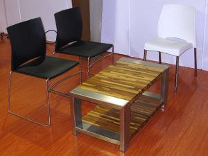 Os móveis de aço inox, polipropileno e madeira certificada da Alezzia (Foto: Bernardo Tabak/G1)