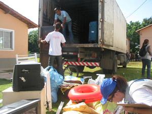 Moradores com caminhão cheio para se mudar (Foto: Lilian Quaino)