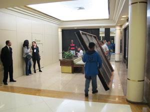 Funcionários colocam tapumes para bloquear a visão do público antes do início das vendas  (Foto: Carlos Giffoni/G1)