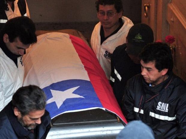 Peritos transportam o caixão com os restos mortais do ex-presidente Salvador Allende, no último dia 23 (Foto: Martin Bernetti / AFP)