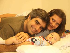 Guilherme e os pais, Luiz Cláudio e Adriana, na primeira internação do bebê (Foto: Arquivo Pessoal/Luiz Cláudio Anísio)
