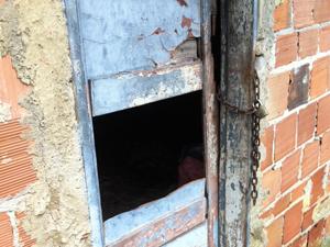 Imagem do buraco na casa da Baixada (Foto: Thamine Leta/G1)