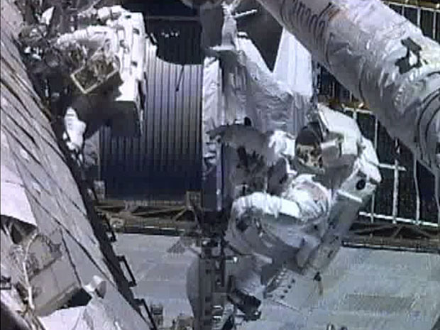 Astronautas Greg Chamitoff e Mike Fincke vão tabalhar durante mais de seis horas fora da Estação Espacial Internacional (ISS). (Foto: Nasa / AP Photo)