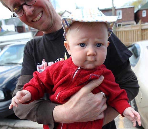 David Stocker segura o bebê chamado 'Storm'. (Foto: Steve Russell/Toronto Star/AP)