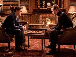 James McAvoy e Michael Fassbender jogam xadrez como Chales Xavier e Erik Lensherr em cena de 'X-Men': primeira classe' (Foto: Divulgação)