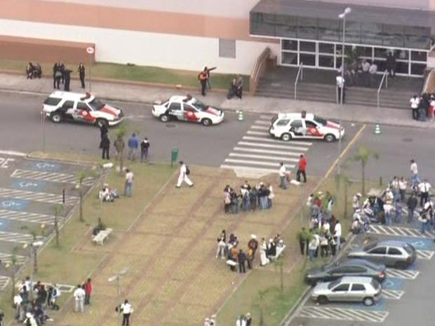 Assalto a joalheria de shopping mobiliza PM na Zona Leste de SP (Foto: Reprodução/TV Globo)