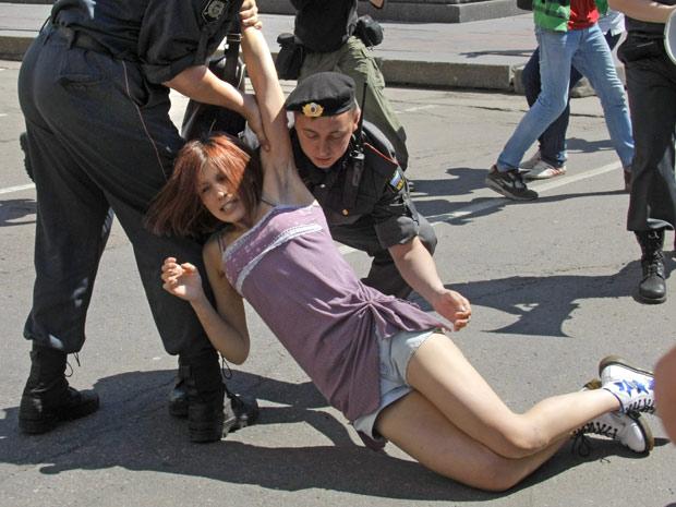 Ativista pelos direitos homossexuais é arrastada por policiais em Moscou (Foto: Mikhail Metzel / AP)