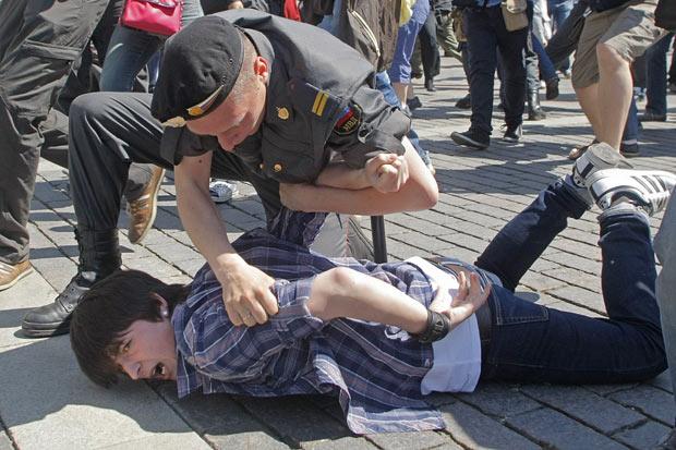 Policial detém ativista que tentava participar de Parada Gay em Moscou, neste sábado (28) (Foto: Mikhail Metzel / AP)