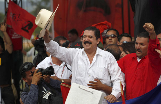 Manuel Zelaya acena para apoiadores durante sua chegada a Tegucigalpa (Foto: AP)