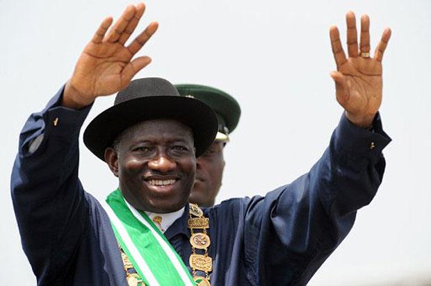 Goodluck Jonathan acena para o público após ser empossado em cerimônia em Abuja (Foto: AFP)