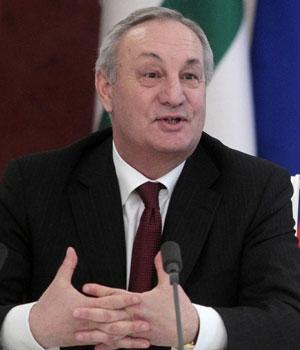 Sergei Bagapsh em foto de 2010 (Foto: Alexander Natruskin/Reuters)