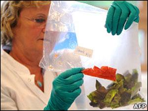 Assistente médica colhe amostras de vegetais possivelmente contaminados (Foto: AFP)