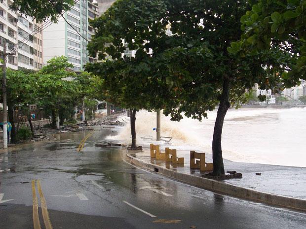 Ressaca em Niterói destrói calçadão na Praia das Flechas (Foto: Grasiele de Oliveira/VC no G1)