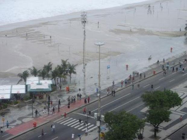 Água atinge quiosques em Copacabana (Foto: Heloisa Paterson )