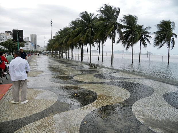 Mar invadiu calçadão de Copacabana (Foto: Leonardo Veloso de Moraes/VC no G1)