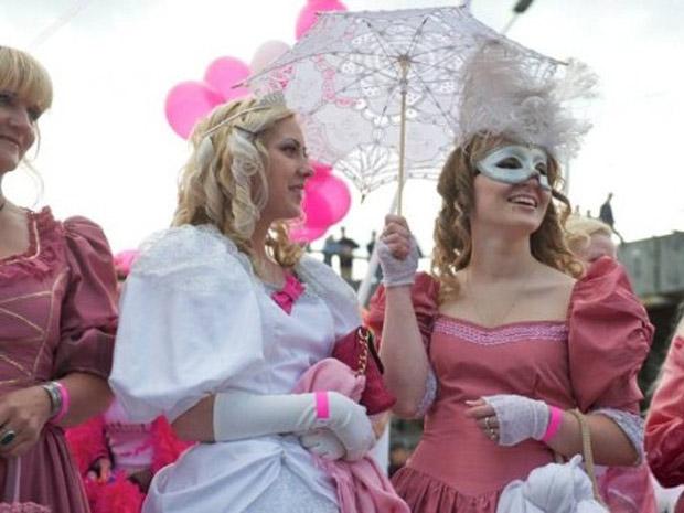 Vestidas de rosa, loiras participam da terceira edição do evento, em Riga (Foto: Ilmars Znotins / AFP)